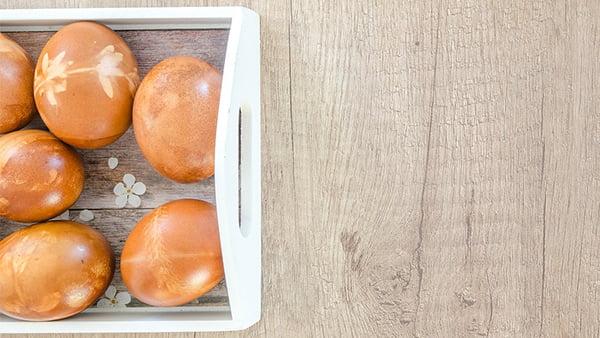 braune eier mit weißem muster auf einem weißen tablett