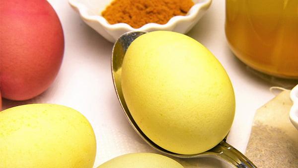 kurkuma als beispiel für natürliches ostereierfärben in gelb