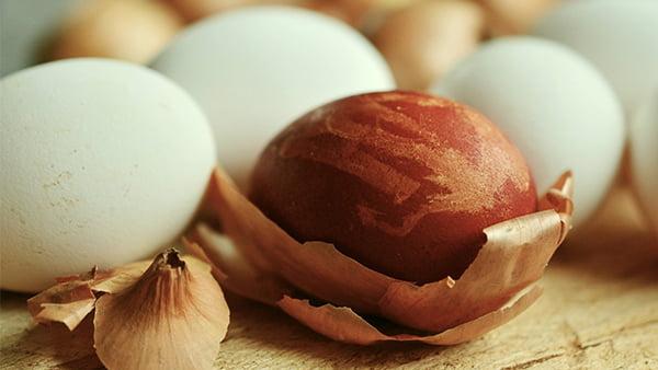 zwiebelschalen als beispiel für natürliches ostereierfärben in braun