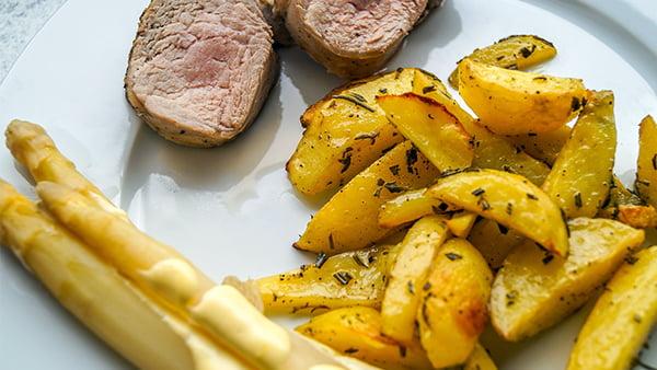 spargel mit sauce hollandaise bratkartoffeln und schweinemedaillons
