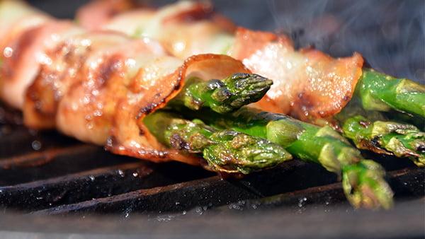 grüner spargel im speckmantel vom grill