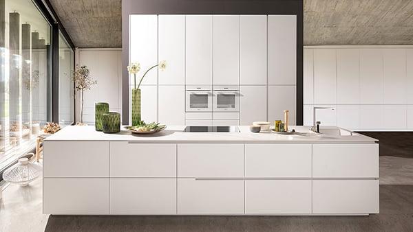 weiße grifflose warendorf küche mit küchenhochschrank und insel