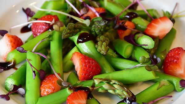 rezept für einen frühlingssalat mit erdbeeren und grünem spargel