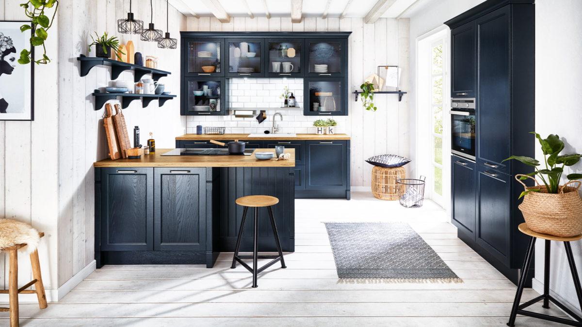 häcker landhausküche bristol in samtblau mit holzarbeitsplatte