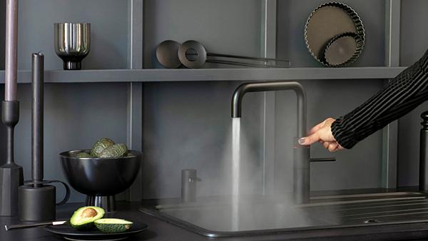 schwarzer quooker wasserhahn passend für schwarzes küchendesign